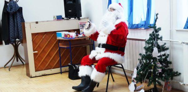 Деда Мраз, мађионичар и плесачи…